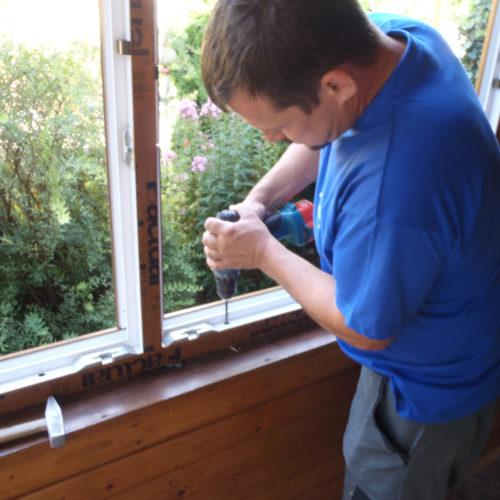 Verschrauben des neuen Fensters